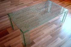 Pohľad z hora na sklenený stôl.