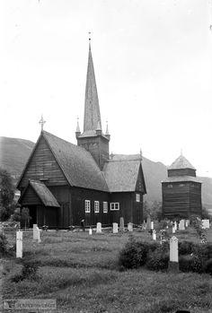 """DigitaltMuseum - Vågåmo kirke...W:""""Vågå kirke (Vågåkyrkja) omtales av og til som ei stavkirke, men er vel egentlig ikke det, selv om deler av bygningsmaterialene er stavkirkematerialer. Kirken ble bygget som korskirke i bindingsverkskonstruksjon på begynnelsen av 1600-tallet på prestegården, tidligere kalt Ullinsyn (Ullins hamnegang), i Vågå. Det gamle navnet på stedet viser at også i hedensk tid har kirkestedet vært i bruk for gudsdyrkelse."""""""