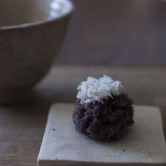 12/15 金曜日 - 12/19 火曜日 銘: #紫の雪 小豆餡キントン、粒あん 頭の白いキントンは、薯蕷あんです。 山の頭に雪がつもっているように見えますね。 #呑龍文庫ももとせ #ももとせ #呑龍さま #お茶をのみたい #japanesetea #wagashi #和菓子 #群馬 #太田 #日本茶カフェ #和カフェ #茶道 #茶会 #茶の湯 #matcha #teaceremony #抹茶 #日本茶 #cha #群馬カフェ #太田カフェ #上生菓子 #チル #カフェ好き