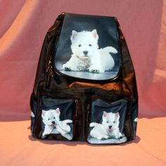 Sac à dos en tissu avec motif westie. Plusieurs poches de rangements.  Peut se porter en sac à dos ou sur l'épaule.  Dimension: 28 cm x 32 cm
