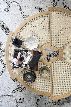 Une table ronde en cannage, Cassina