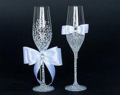As taças personalizadas tão um charme ao brinde do casamento! #Wedding #glass #wine #vinho #brinde