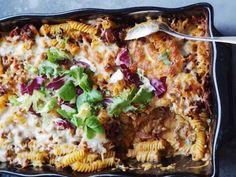 """""""Det är från Greta jag fått det här goda receptet, och vi kallar det just för Faster Gretas låda . En pastagratäng med köttfärs, bacon, paprika m.m, en stående favorit."""" /Jenny Finn Greta, Paella, Mashed Potatoes, Pork, Food And Drink, Cooking, Breakfast, Ethnic Recipes, Bacon"""