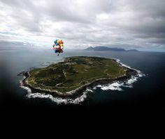 A South African man has become the first person to float from Robben Island to Cape Town using only helium balloons. Matt Silver-Vallance, who now lives in Coventry, took around an hour to make the mile crossing above the Atlantic. Nelson Mandela Children, V&a Waterfront, Balloon Flights, Le Cap, World Travel Guide, Helium Balloons, Most Beautiful Cities, Amazing Destinations, World Heritage Sites