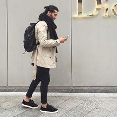 2016-12-01のファッションスナップ。着用アイテム・キーワードはコート, スニーカー, トレンチコート, バッグ, マフラー・ストール, 黒パンツ,etc. 理想の着こなし・コーディネートがきっとここに。  No:180181
