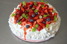 My bleeding Pavlova 🍓🍓🍓 Desserts Printemps, Pavlova Cake, Forest Fruits, Spring Desserts, Cheesecake, Good Food, Strawberry, Birthday Cake, Pudding