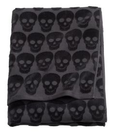 Bath Towel - Black/skulls Bath towel in jacquard-weave cotton terry with hanger loops on short sides. Goth Home Decor, Gypsy Decor, H & M Home, Black Bath, Shower Towel, Skull Decor, Gothic House, Victorian House, Black Skulls