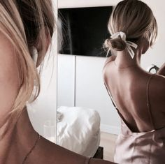 21 pretty ways to wear a scarf in your hair, easy hairstyle with scarf , hairstyles for really hot weather Hair Inspo, Hair Inspiration, Biolage Hair, Ribbon Hair Ties, Cut Her Hair, Messy Hairstyles, Hairstyle Ideas, Scarf Hairstyles, Poses