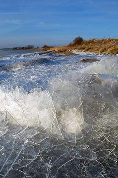 Winter auf der Insel Rügen - Eiskristalle türmen sich auf an der Ostsee