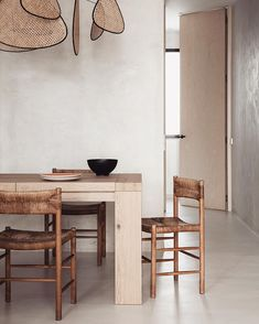 Stockholm-based firm are serving some Wabi Sabi dining inspiration for your Sunday evening, featuring vintage chairs by Charlotte Perriand. Elle Decor, Earthy Home, Interior Minimalista, Living Comedor, Bright Homes, Natural Home Decor, Slow Living, Vintage Chairs, Country Homes Decor