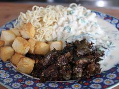 Sesam-Zucchini mit Tofu, Mie-Nudeln und Joghurtsauce