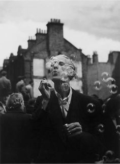 The world of old photography: Izis: Man blowing bubbles, Whitechapel, London,. Robert Doisneau, Old Photography, Street Photography, Vignette Photography, Bubble Photography, Moma, Black White Photos, Black And White Photography, Um Dia Desses