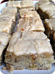 Banana Bread Bars with Brown Butter Frosting. DO NOT pass these up. Ingredients: Banana Bread Bars: c. sugar 1 c. sour cream c. butter, softened 2 eggs or ripe bananas, mashed 2 tsp. vanilla extract 2 c. all purpose flour 1 tsp. Think Food, Love Food, Banana Bread Brownies, Banana Bars, Cake Brownies, Banana Bread Icing Recipe, Cake Bars, Banana Nut Cake, Frosted Brownies