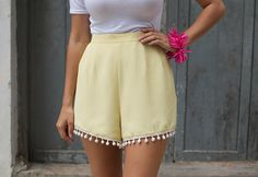 Cute pom-pom shorts diy :D Do It Yourself Mode, Do It Yourself Fashion, Diy Clothing, Sewing Clothes, Diy Pantalon, Pom Pom Shorts, Diy Shorts, Diy Fashion Accessories, Idee Diy