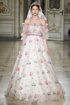 See the complete Luisa Beccaria Spring 2016 Ready-to-Wear collection.