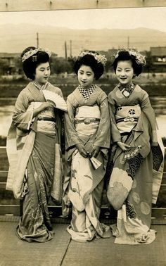 https://flic.kr/p/dsBRbY | Relaxing on a Balcony 1920s | From left to right, Maiko Kohisa, Maiko Momotarō and Maiko Fumiryō.