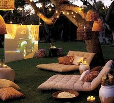 #Ideas para #terrazas de verano: Un cine al aire libre con un proyector,#futones y unos #puffs