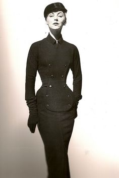 Christian Dior Dress, 1952 Photo by Henry Clarke Vintage Glamour, Vintage Dior, Vintage Mode, Vintage Couture, Vintage Beauty, 1950s Style, Vintage Outfits, Vintage Dresses, Robes Christian Dior