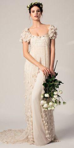 ¿Quién dijo que una novia debe ir de blanco? ¿Sabéis que antiguamente las novias se casaban de negro, con camisa, falda y mantilla? Hasta 1840cuandola Reina Victoria de Inglaterra se casó con un …