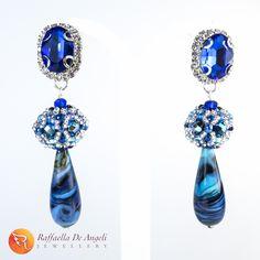 GOCCE DI LUCE (2) Dopo il trionfo del verde, poteva mancare l'apoteosi del blu? :) E non finisce qua...  #RaffaellaDeAngeli #ArtigianiItaliani #ProdottoUnico #MadeInITALY #FattoAMano #Bijoux #Gioielli #Handmade #Jewelry #Beadwork #Accessory #newyork2016 #temporarystore #italianbeauty #officialmadeinitaly #orecchini #earrings #blue #murano #vetro #glass