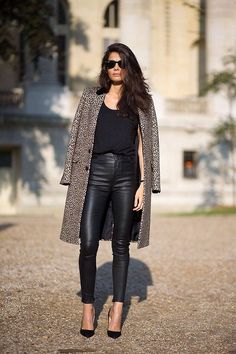 Paris Street Style - Leopard coat thrown over the shoulders make a black outfit effortlessly stylish. Paris Street Fashion, Fashion Week Paris, Fashion Mode, Look Fashion, Womens Fashion, Net Fashion, Fashion Fashion, Fashion Ideas, Fashion Story