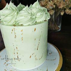 Next up; a video of this avocado coloured sharp edged ganache cake  #cakedecorating #cake #malberrycakes #ganache #caramelbutter #greencake #chocolate #tutorial #videotutorial #cakevideo Ganache Cake, Green Cake, Cake Videos, Cake Decorating, Caramel, Avocado, Butter, Chocolate, Desserts
