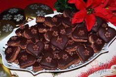 Další skvělý recept na vynikající vánoční cukroví. Dokonale barevně ladí a chuťově jsou fantastické. Vrch jsem zalévala rozpuštěnou čokoládou a zdobila jsem marcipánovou kytičkou. Marzipan, Czech Recipes, Kakao, Christmas Baking, Chocolate Fondue, Frosting, Biscuits, Cheesecake, Food Porn