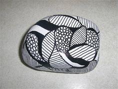 Disse sten er alle håndmalede i sort/hvide farver. Priserne er forskellige alt efter størrelse og mønster.  En del af stenene er solgt, men de ligger her stadig for at I kan se mønstrene, og måske bestille derfra. :) Pebble Painting, Love Painting, Pebble Art, Rock Painting Patterns, Rock Painting Ideas Easy, Stone Crafts, Rock Crafts, Mandala Art, Inspirational Rocks