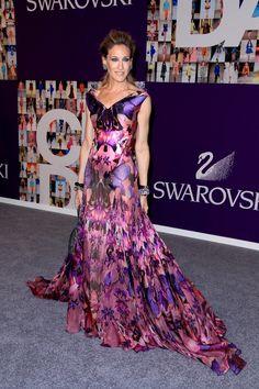 Sarah Jessica Parker. Vestido largo de seda purpura, con estampado de mariposas.