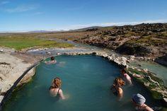 Heute erleben Sie ein letztes Mal das isländische Hochland. 165 km führt Sie Islands zweitlängste Hochlandpiste vom Norden in den Süden - 165 km mit vielen Anteilen Wellblechpiste, auf denen Sie genügend Zeit haben, die Wüsten- und Gletscherlandschaft zu genießen. Zwischendurch stoppen Sie im Geothermalgebiet Hveravellir, wo Sie heiße Quellen nicht nur fotografieren, sondern auch ein Bad darin nehmen können. Bei gutem Wetter ist das Panorama vom Pool aus atemberaubend.