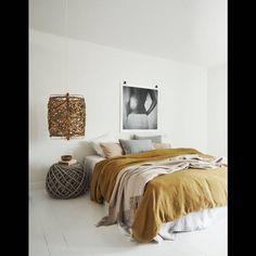 Une chambre blanche qui mise tout sur le linge de lit