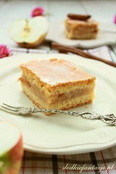 Pyszna szarlotka z przepisu mojej babci - najlepsza jaka kiedykolwiek udało mi się zjeść. Pyszne, rozpływające się w ustach ciasto, przełożone warstwą musu z jabłek, delikatie pachnące cynamonem, całość pod płaszczykiem lukru.