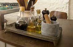 Bandeja antiga -Exponha na bancada: ela serve para organizar temperos, especiarias, azeites, vinagre etc.