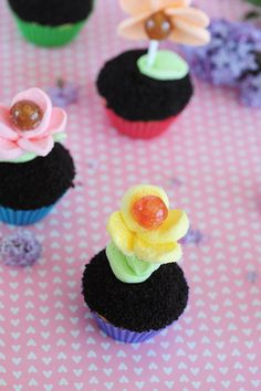 Flower pot cupcakes decorated with lollipop and marshmallow flowers