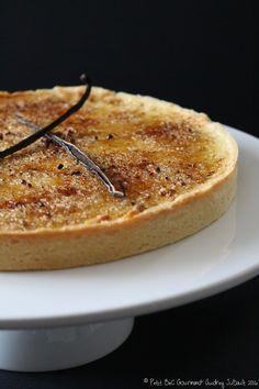 TARTE A LA CREME BRULEE (Pour 1 moule de 22 cm de diam + 4 tartelettes de 10 cm de Ø – LA PATE : 190 g de farine, 90 g d'amandes en poudre, 150 g de beurre mou, 60 g de sucre, 1 œuf, sel) (CREME BRULEE : 6 jaunes d'œufs, 450 g de crème, 75 g de lait entier, 1 gousse de vanille, 75 g de sucre, 8 c à s de cassonade)