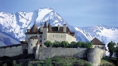 Gruyères Castle with swiss Alps, Switzerland Oh The Places You'll Go, Places To Travel, Places To Visit, Beautiful Castles, Beautiful Places, Chateau Moyen Age, Train Route, Road Trip, Voyage Europe