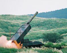 92式地雷原処理車  略称:MCV  愛称:マインスィーパー    [全長]7,630mm  [全幅]3,000mm  [全高]2,770mm  [積載重量]約2.50t  [乗員]2人  [最高速度]50km/h  [開発]防衛庁技術研究本部  [製作]IHIエアロスペース    昭和63年度から開発し、平成4年度に制式器材として制定された。92式地雷原処理用ロケット弾を発射し、地雷原を迅速に処理して車両用通路を開設するために使用する。