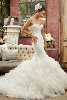 beautiful wedding dress, love the shape and the fishtail at the bottom <3!!