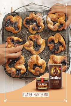 Classique, mais unique en son genre: le pain au chocolat à la Caotina Crème Chocolat pourrait bien devenir un incontournable pour les amateurs de brunch. Un régal garanti pour chaque brunch de Pâques – ou pour n'importe quel autre jour. Creme, Dessert Recipes, Desserts, Bagel, Doughnut, Genre, Cooking, Unique, Food