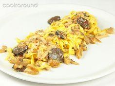 Tagliatelle ai funghi e tartufi    Semplice da preparare, questo piatto basa la sua riuscita sulla qualità degli ingredienti: porcini e tartufo. Il risultato è un primo molto profumato.