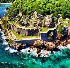The Fort of Picolet located north of Haiti build in 1739 it is also surrounded by other Forts. Such as the Forts of Maguy, Fort Belly, Fort- aux- Dames and the Fort of Saint-Joseph. Art Haïtien, Port Au Prince, Haitian Art, Historical Sites, Dream Vacations, Beautiful Places, Beautiful Pictures, Jamaica, North America