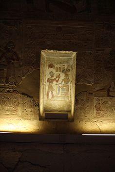 Templo de Sethi I en Abidos , segunda sala hipóstila , pared capillas. Abydos: nicho entre las capillas de Ra y Amon: Seti ofrenda pan a Amon. | por Soloegipto