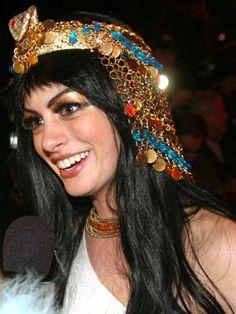 Anne Hathaway Cleopatra headdress