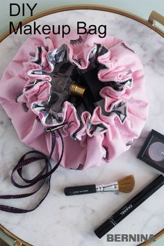 This simpe-to-sew laminated round drawstring bag is great for travel, it can lay flat so you can see all of your makeup! Drawstring Bag Diy, Drawstring Bag Pattern, Drawstring Bag Tutorials, Sewing Makeup Bag, Makeup Bag Pattern, Makeup Pouch, Makeup Bags, Makeup Bag Tutorials, Sewing Tutorials