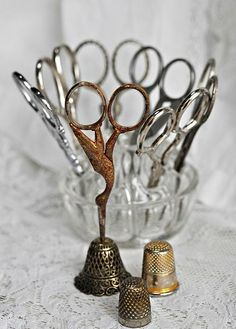 Beautifully arranged collection of vintage scissors and thimbles Vintage Scissors, Sewing Scissors, Embroidery Scissors, Embroidery Transfers, Vintage Embroidery, Bird Embroidery, Hair Scissors, Embroidery Designs, Vintage Sewing Notions