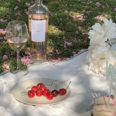 Image shared by gretaandersson. Find images and videos about aesthetic, nature and flowers on We Heart It - the app to get lost in what you love. Summer Aesthetic, Aesthetic Food, Retro Aesthetic, Picnic Date, Aesthetic Pictures, Belle Photo, Summer Vibes, Summer Sun, Italy Summer