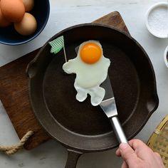 Ξύπνησες διπλά της και πετάς στο φεγγάρι; Άσε τα λόγια. #pestomenafai πως σε έχει φτάσει στον έβδομο ουρανό και άσε την σχέση να πάρει τον δρόμο της. Eggs, Breakfast, Food, Morning Coffee, Egg, Meals, Yemek, Eten