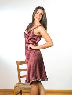 Vestito di pura seta prugna con profili in seta fantasia con pences per dare forma. molto femminile