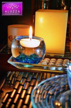 Pecera chica con gema decorativa azul turquesa y vela flotante, para decoración de mesa o recuerdo. ALUZZA.