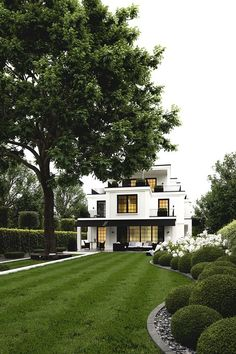 White House with black accents - classic and gorgeous! - Architektur - Home Sweet Home Exterior Design, Interior And Exterior, Black Exterior, Dream House Exterior, House Goals, My Dream Home, Dream Homes, Curb Appeal, Future House